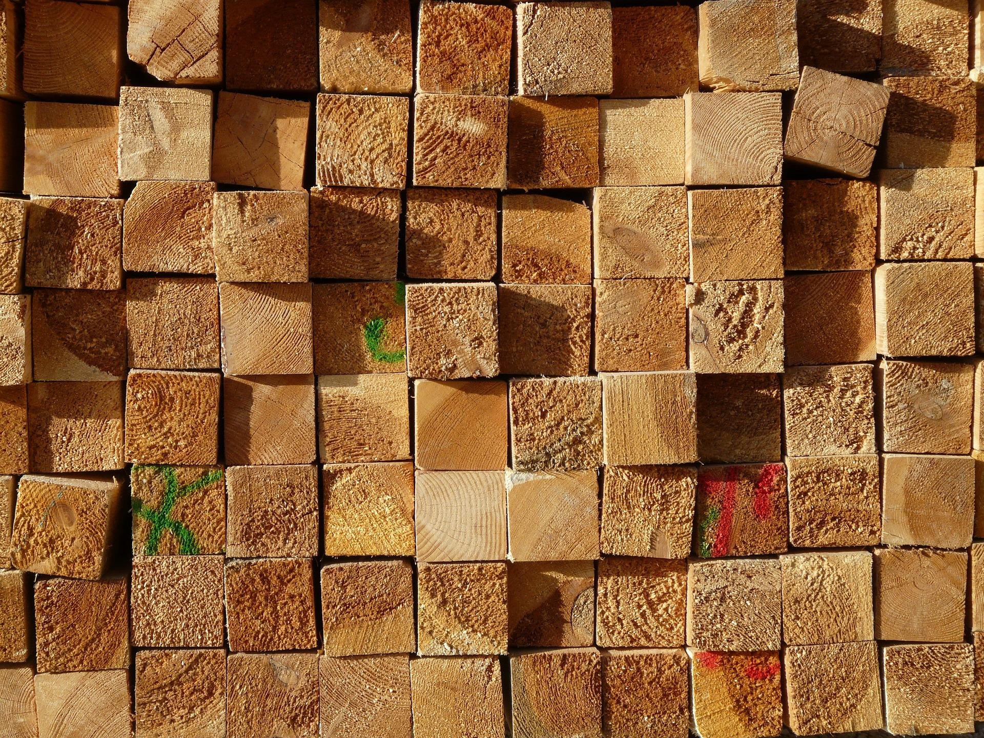 Bild von gestapelten Holzlatten