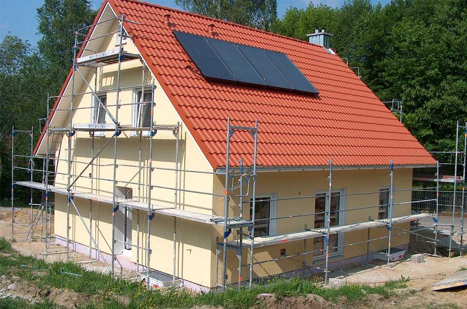 Bild von einem Haus das gestrichen wird