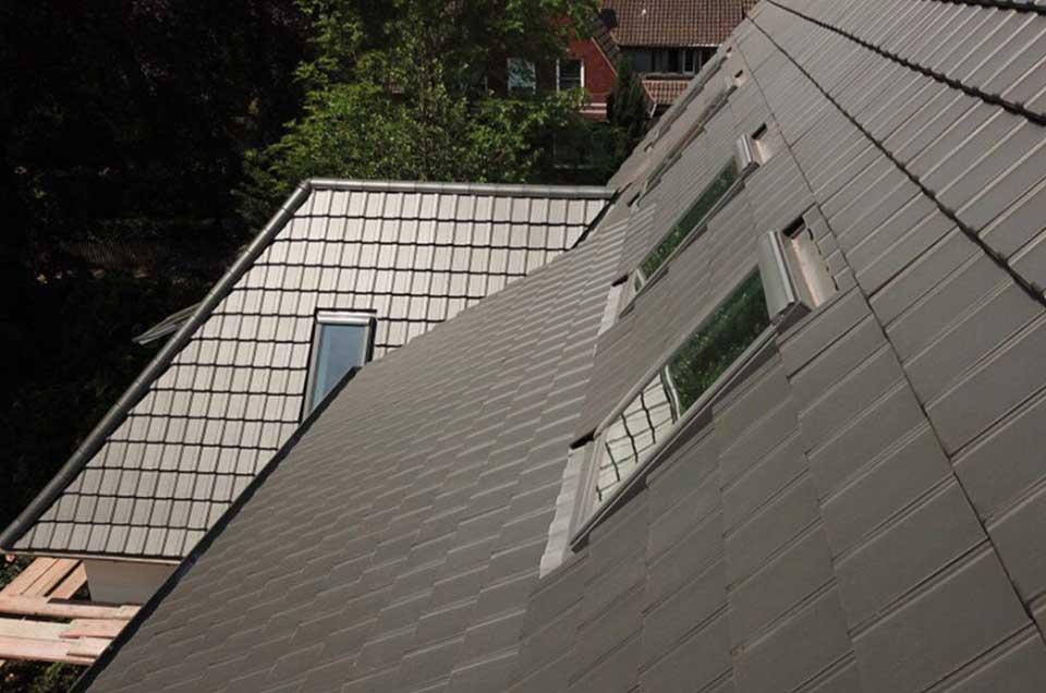 Bild von schwarzen Dachziegeln