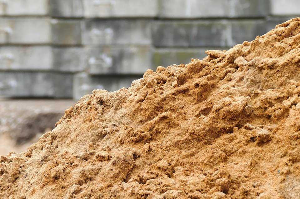 Bild von einem Bagger der Sand schaufelt